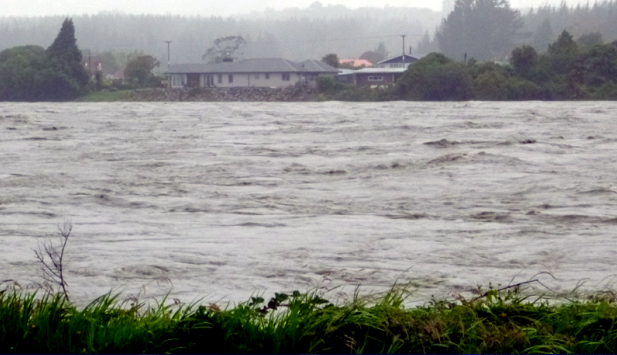 Hokitika River threatening to burst its banks in January 2013 (Jazmin Fuller)
