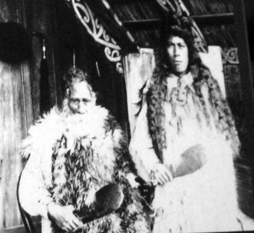 Te Pokiha Taranui (also known as 'Major Fox') and his wife of the Ngati Pikiao in the Bay of Plenty holding pounamu mere (clubs) photographed in 1901 (on display in Auckland Museum).