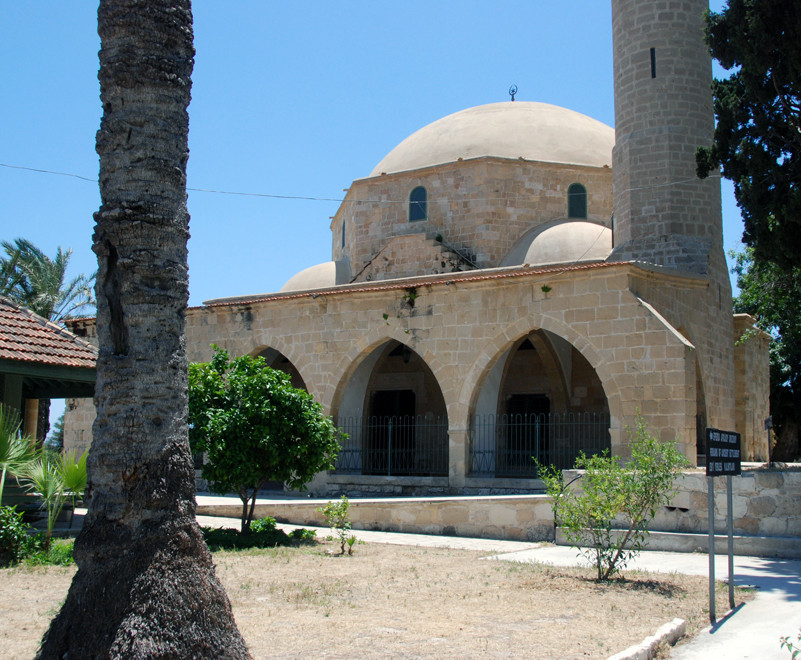 Front view of the Hala Sultan Tekke mosque (May 2012).
