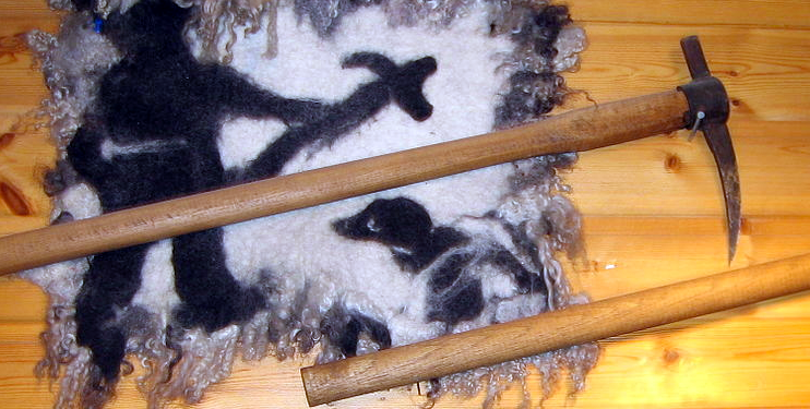 Hakapik displayed in a Tromsø gun shop in 2007 (Wikimedia Commons: Manxruler). Hakapik are still used to finnish of seals after they have been shot and were once the weapon of choice in the seal hunt. The short end was used first and then the gaff end.