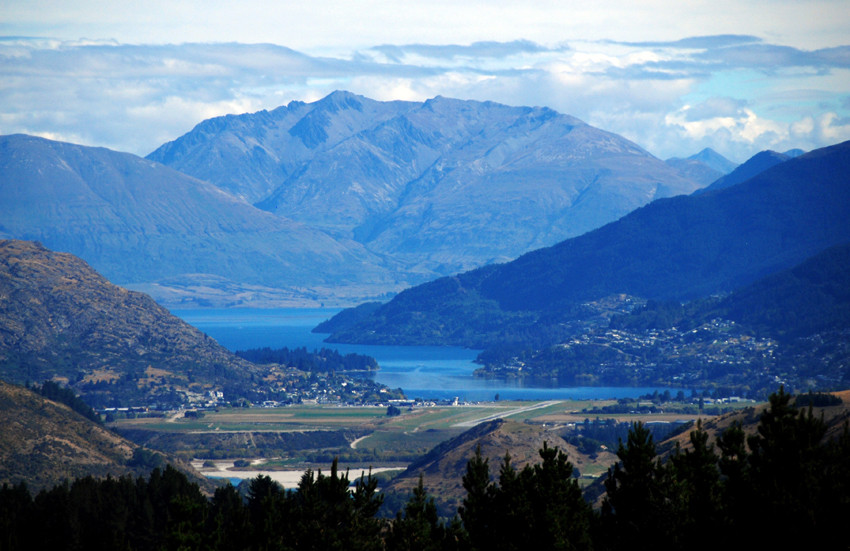 Looking back towards Queenstown, Lake Wakatipu and the Livingstone Mountains (Moffat Peak 2085m), Otago.