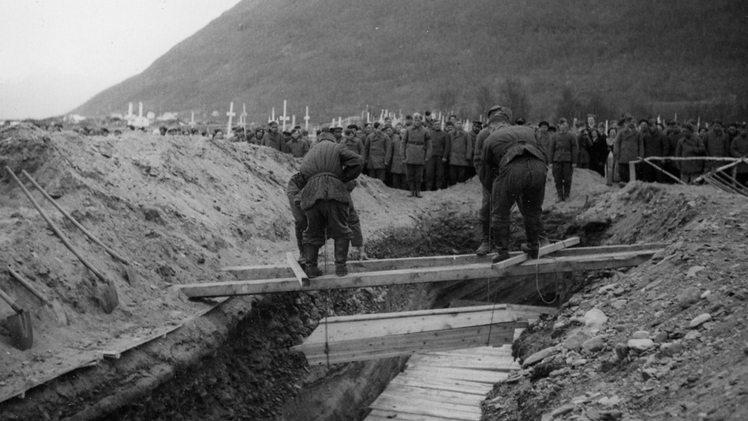 Dead from Mallnitz camp being buried at the unoffical Russian cemtry at Hatteng near Skibotn in 1945 after examination by the British War Crme Commission (Photo: Bjørn Winsnes / Narviksenteret).