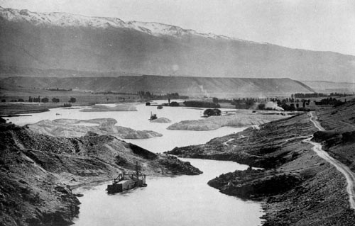 Dredges working the Clutha/Mata-Au three miles from Cromwell in 1908 (Teara.gov.nz)