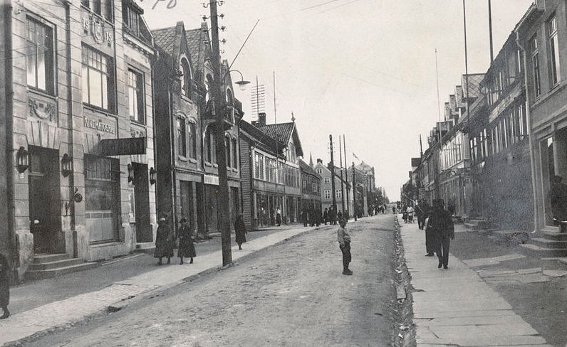 Tromsø Storgaten Street sometime in early 20th century. (Norwegian Directorate for Cultural Heritage public domain).