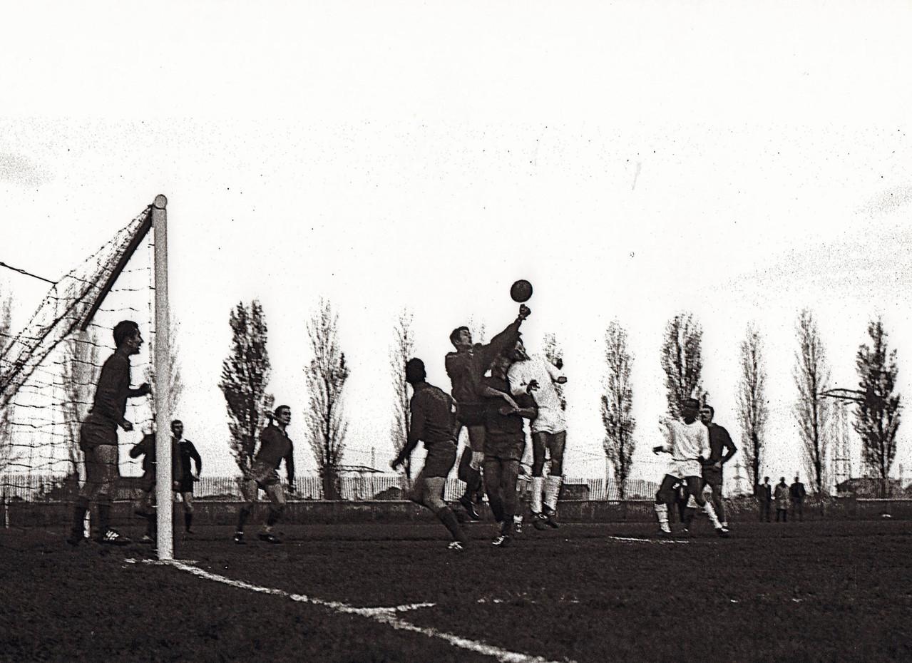 Equipe SENIORS Saison 66/67 (Chatelain est dans les buts alors que je fais une sortie ....)