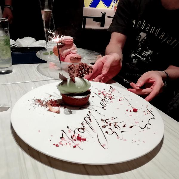 「俺のフレンチ」での食事会 ケーキより、後ろのマカロンの方が大きい。。