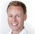 Christina Friess Power Plate Beurteilung Bewertung Kundenmeinungen junger Mann Büroarbeite Rückentraining Ausgleich damit der Rücken gesund bleibt