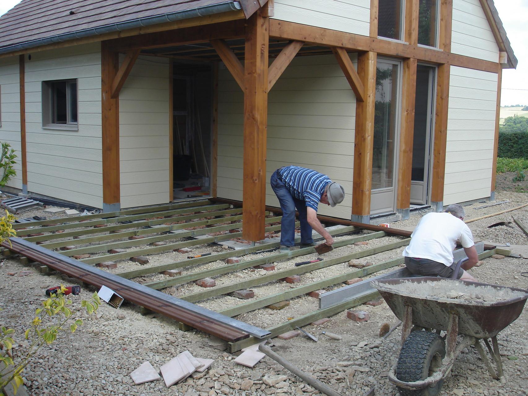 Pépé en pleine construction de la terrasse
