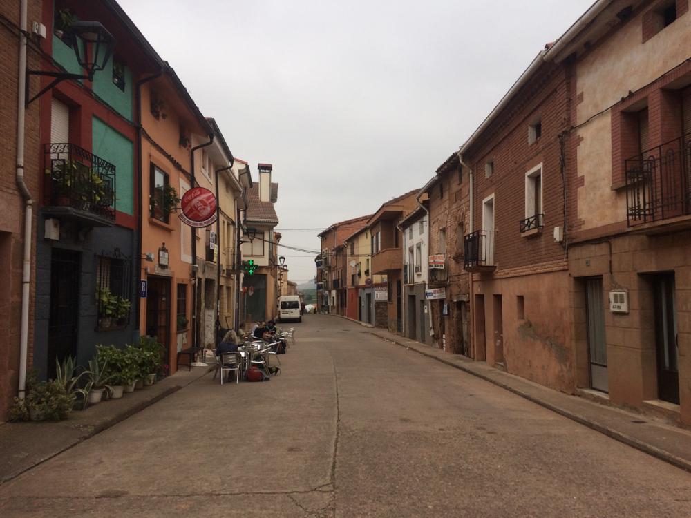 Ik passeer ontelbare Spaanse cowboyachtige dorpjes met barretjes voor koffie en broodjes