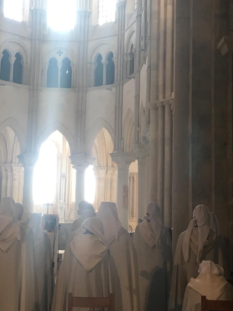Gezang van de nonnen en paters in de Basililiek van Sainte-Marie -Magdeleine