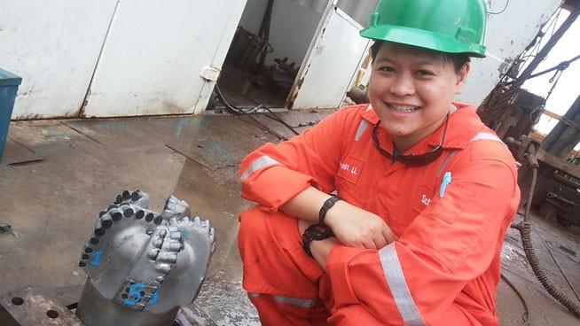 Фото дня 02.12.2014 Девушка инженер-стажер и алмазное долото.