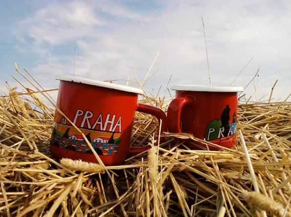 """Кружки """"Прага"""", с которых девушек традиционно пили чай на природе, вместе."""