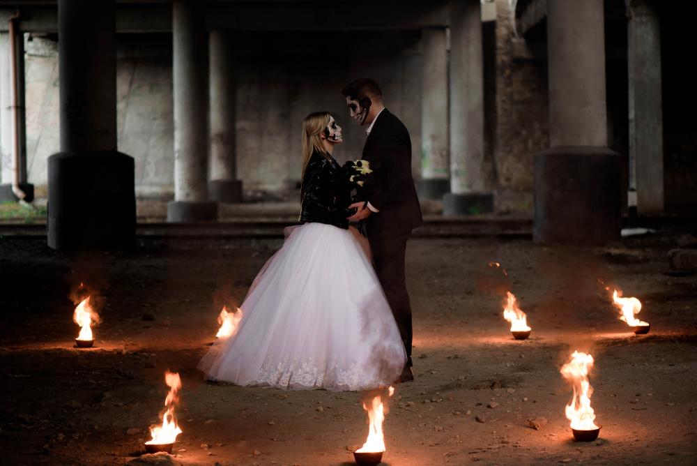 Brautpaar im Feuerkreis mit Traurednerin