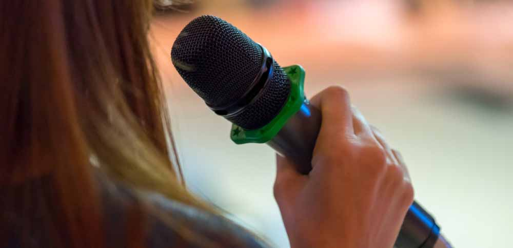 Bei der Auswahl einer Traurednerin sollte man beachten, ob sie frei spricht oder die Rede abliest