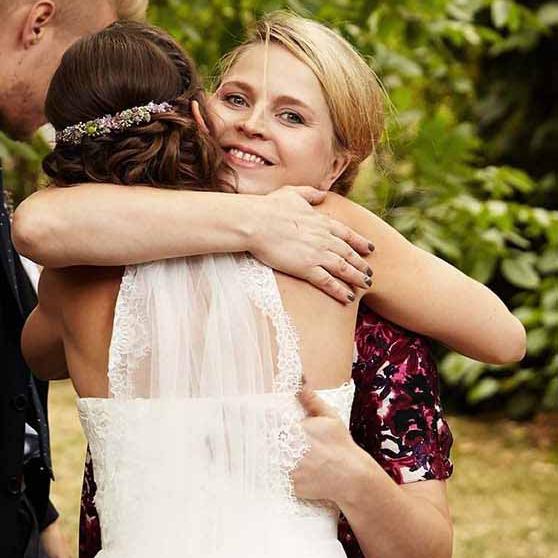 Traurednerin Kira Nothelfer umarmt eine glückliche Braut bei einer Trauung in Hamburg
