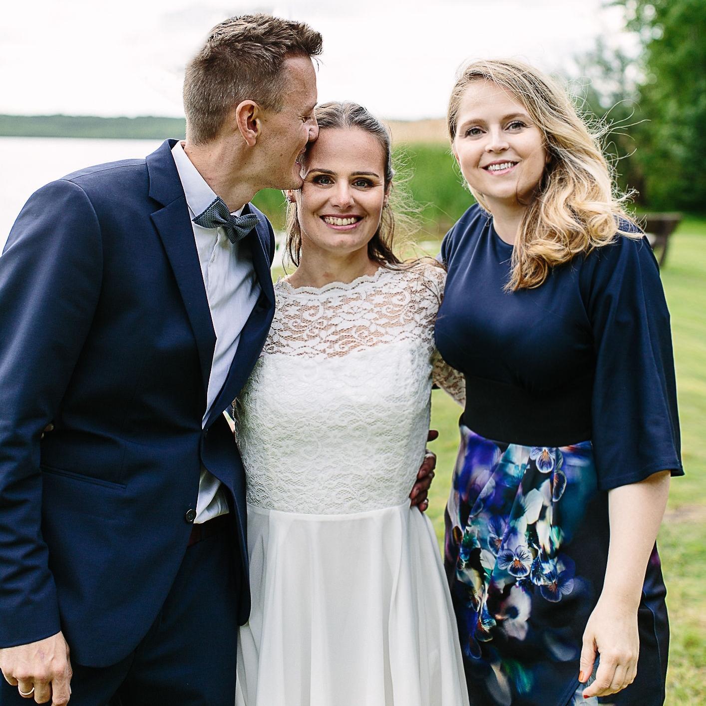 Traurednerin Kira Nothelfer mit Brautpaar nach dem Ja-Wort