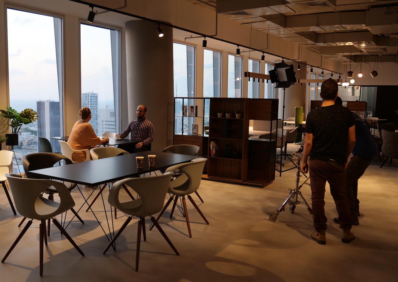 Geplant war hinter der Kamera zu stehen. Daraus wurde ein spontaner Auftritt im Imagefilm eines Co-Working-Spaces.