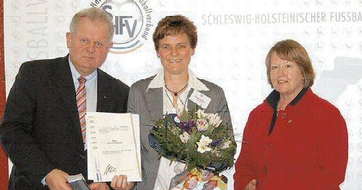 Petra Friedrich (Mitte) wurde von DFB-Vizepräsidentin Hannelore Ratzeburg und SHFV-Präsident Hans-Ludwig Meyer geehrt.