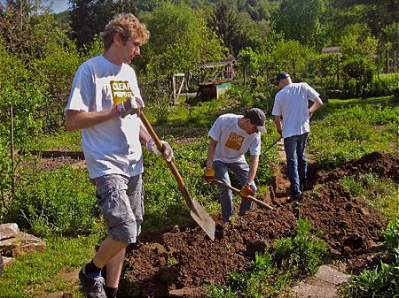 03 Tomas, Christian und Christoph beim Graben II