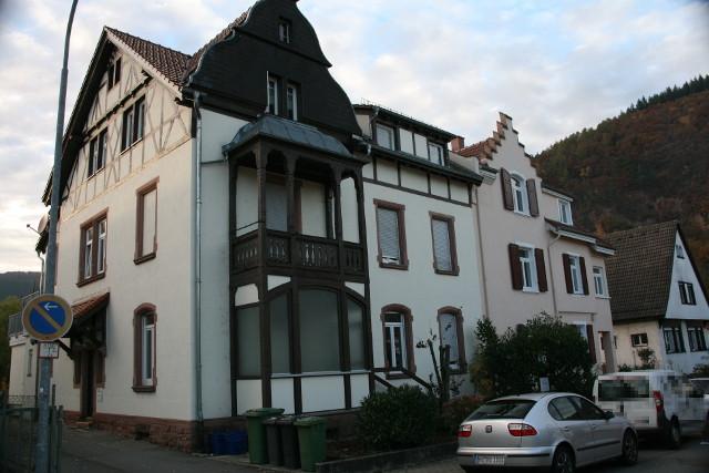Unvorteilhafte Außenansiicht eines Gebäudes (stürzende Linien, Halteverbotsschild, zu dunkel), Immobilienfoto, Neckargemünd