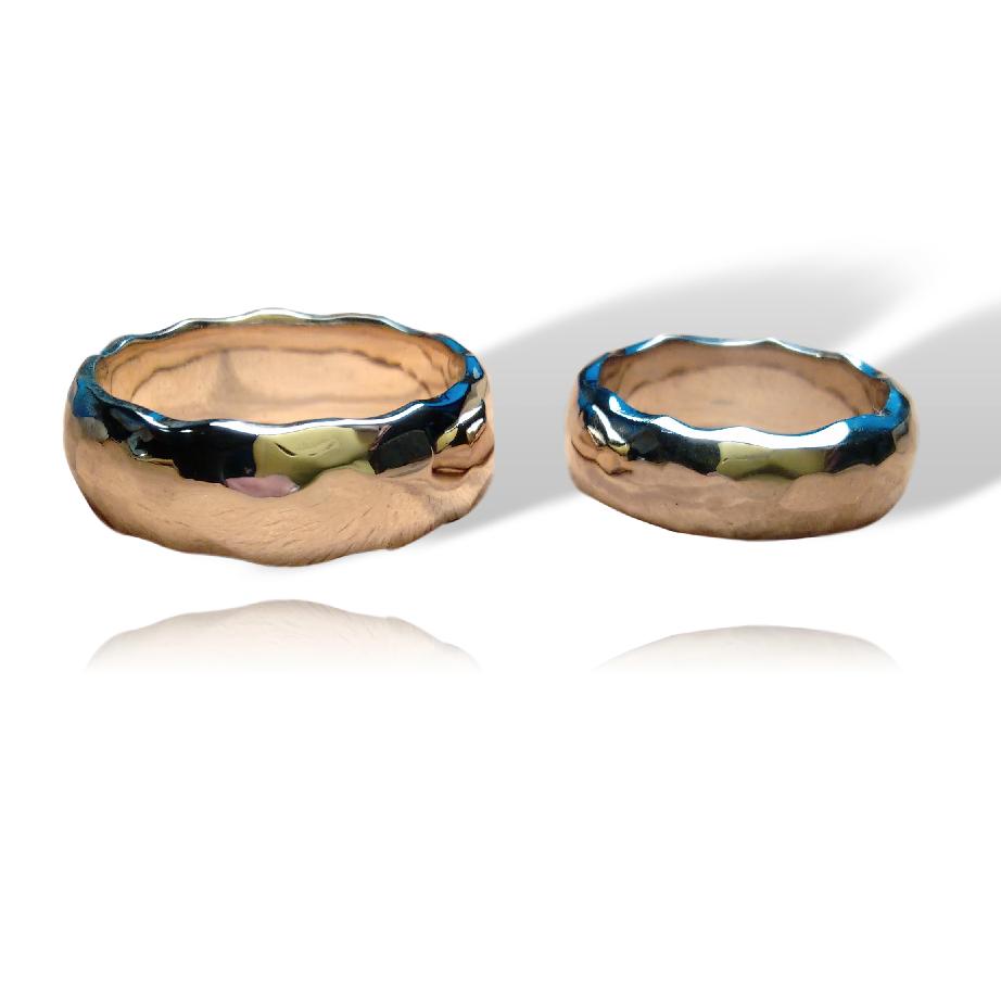 Geelgouden en witgouden ringen met hamerslag en golvende rand.