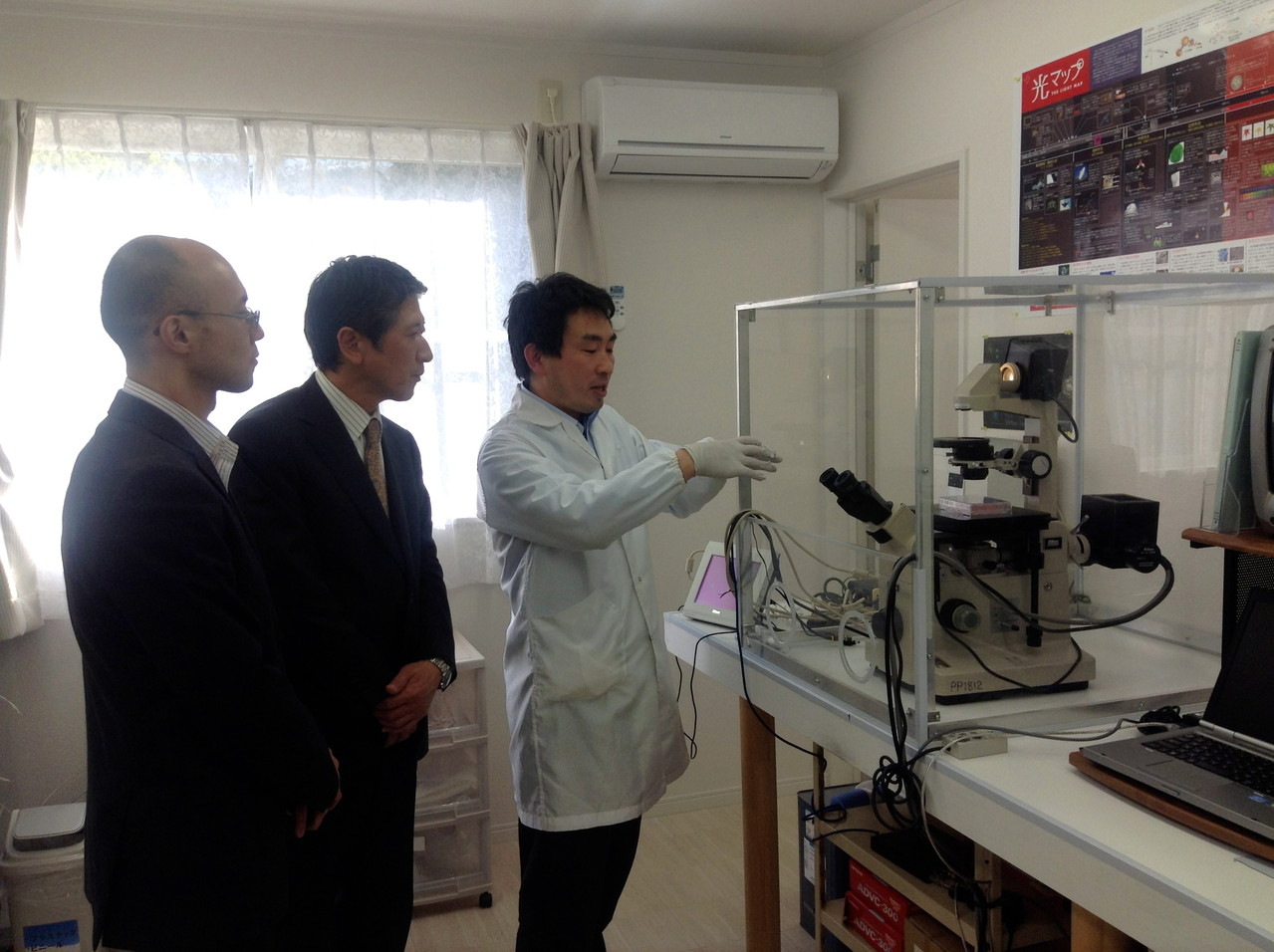 加世田博士(左)と松島博士(右)から細胞変化のデータについて説明を受ける