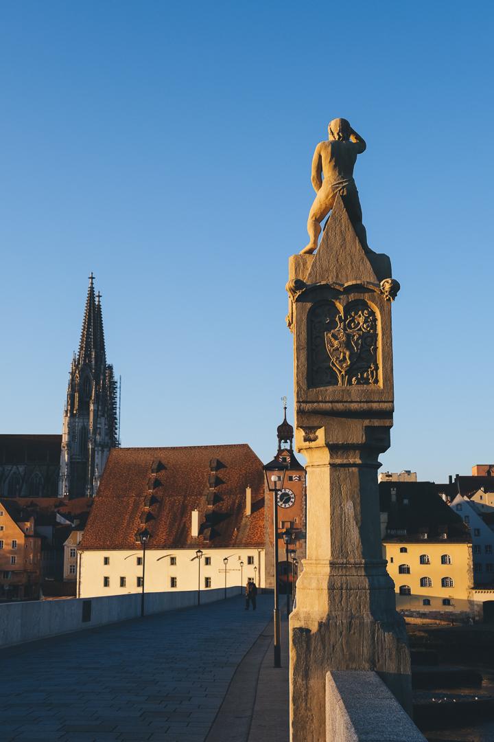 Blick von der Steinernen Brücke auf den Dom St. Peter in Regensburg, © Tourismusverband Ostbayern e.V., @well_outside