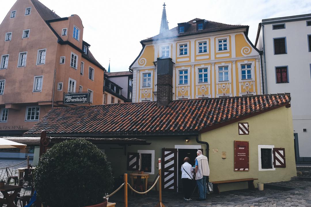 Die Historische Wurstkuchl an der Steinernen Brück, © Tourismusverband Ostbayern e.V., @well_outside