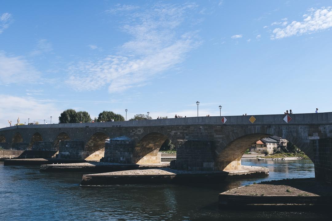 Die Steinerne Brücke, eine der vielen Sehenswürdigkeiten in Regensburg, © Tourismusverband Ostbayern e.V., @well_outside