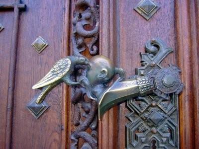 Дверная ручка в замке Глубока в Южной Богемии представляет собой деталь фамильного герба Шварценбергов. Ворон выклёвывает казаку глаза.