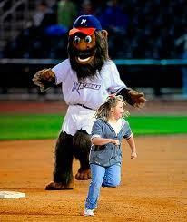 Una mascotte gioca con una ragazzina tra un inning e un altro
