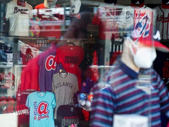 Un negozio di merchandise dei Braves di Atlanta (ELIJAH NOUVELAGE / Reuters)