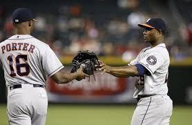 Nella foto il manager degli Astros Porter consegna il guanto da esterno al lanciatore Tony Sipp