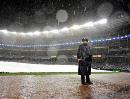 Nella foto lo Yankee Stadium sotto la pioggia (AP Photo/Kathy Kmonicek)
