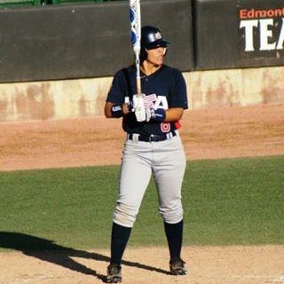 Veronica Alvarez si prepara alla battuta con la Nazionale femminile di Baseball USA (Foto tratta dal profilo Twitter di Veronica Alvarez)