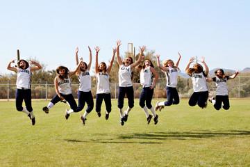 Salti di gioia delle ragazze della Cactus Shadows High School