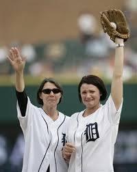 """Il 28 giugno al Tigers Stadium, in ricordo di quella partita contro gli Yankees, si celebra la giornata Mark Fidrych """"The Bird"""" e moglie e figlia lanciano la prima palla."""
