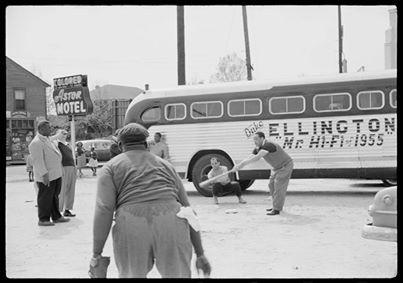 L'orchestra di Duke Ellington gioca a baseball durante il Tour