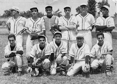 La foto della Fortitudo del 1956 - Franco Ludovisi è il secondo accucciato da destra.