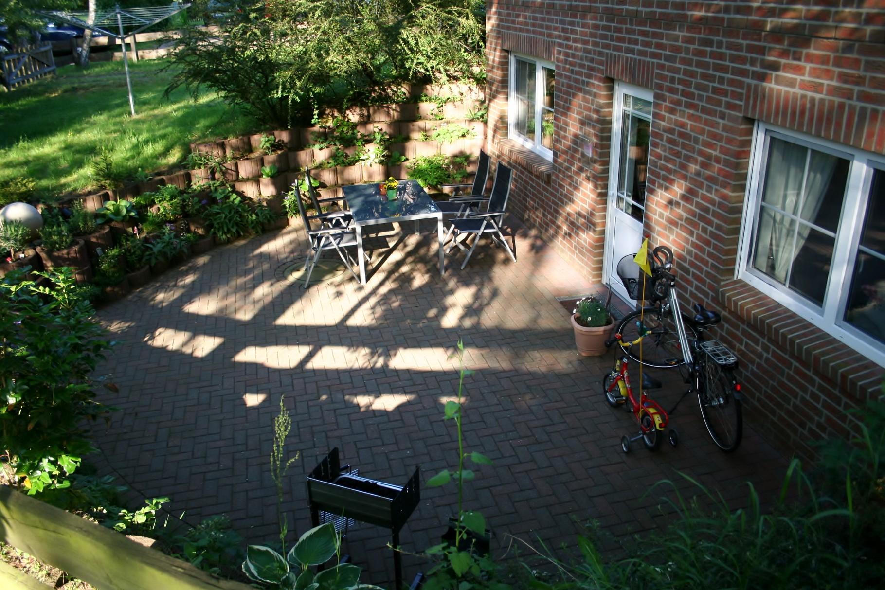 Terrasse mit Abendsonne im Mai