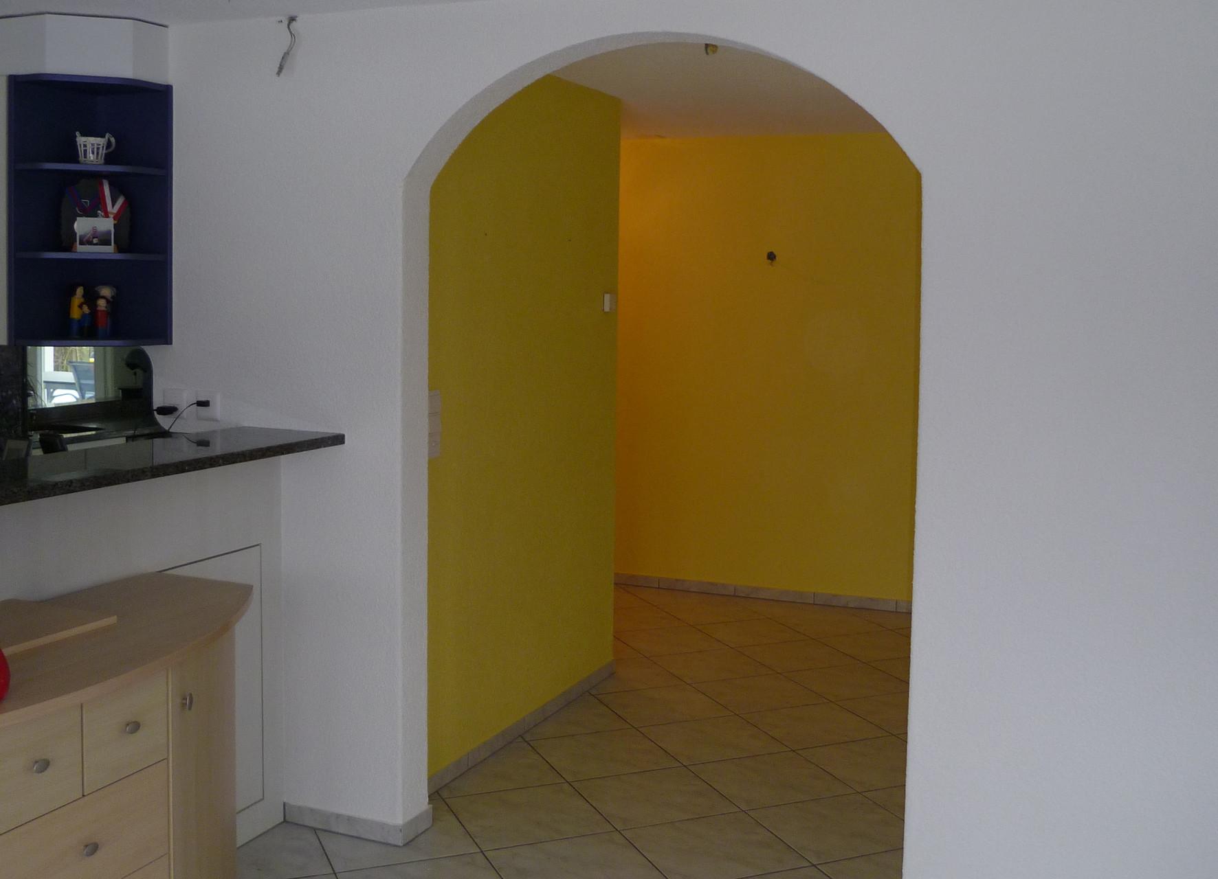 Elegante Verbindung von Eingangsbereich und Wohnraum, Uttigen