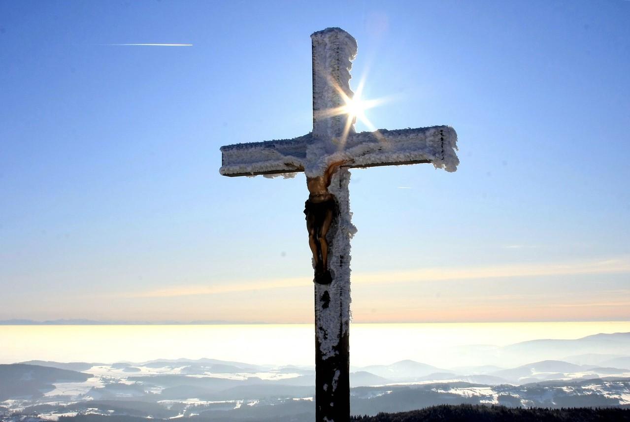 Gipfelkreuz auf dem Lusen, im Hintergrund die Alpen