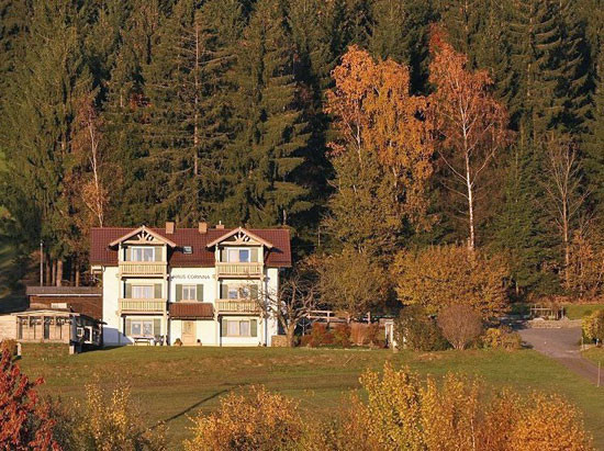 Das Ferienhaus Corinna liegt direkt am Waldrand