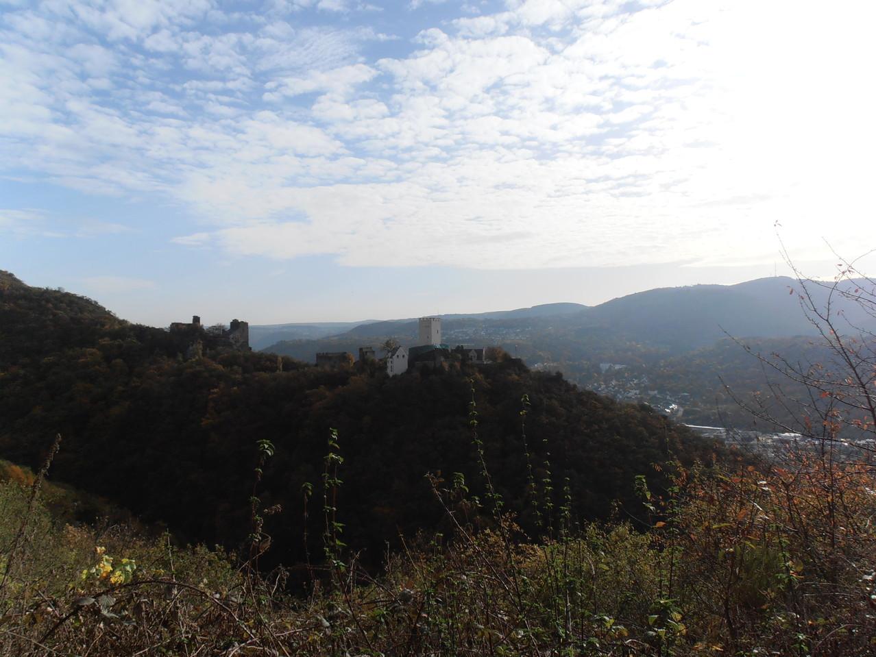 Die Burgen im Hintergrund