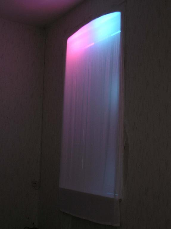 Rot(warm)+ Blau(kalt)= Lila(warmherzig) 200 x 110 cm,Gusow-Bahnhof,   am Fenster(naturlicht), Farbige Folie, Stoff 2004