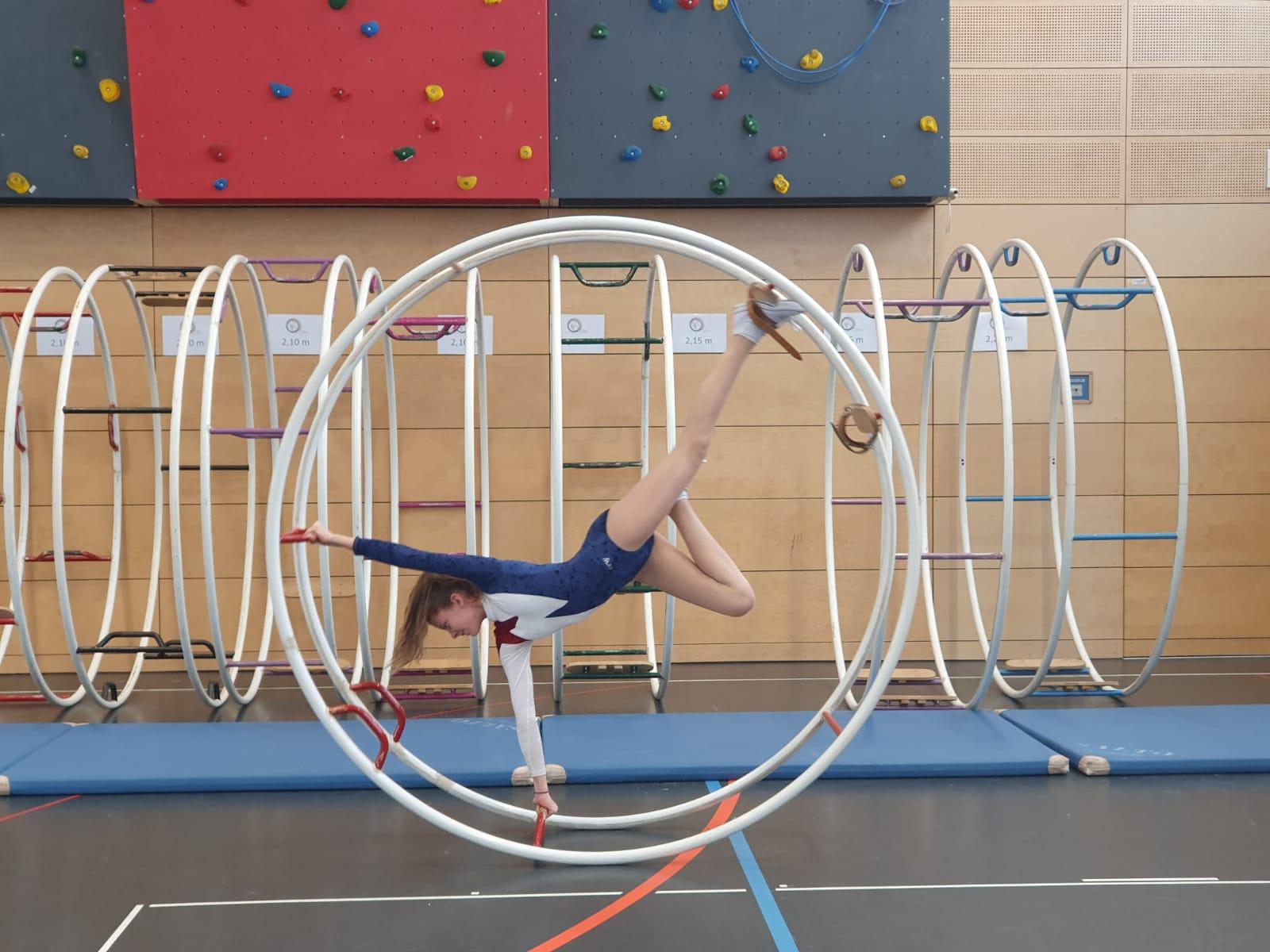 Je nach Leistungsstand werden Übungen verschiedener Schwierigkeitsstufen geturnt.