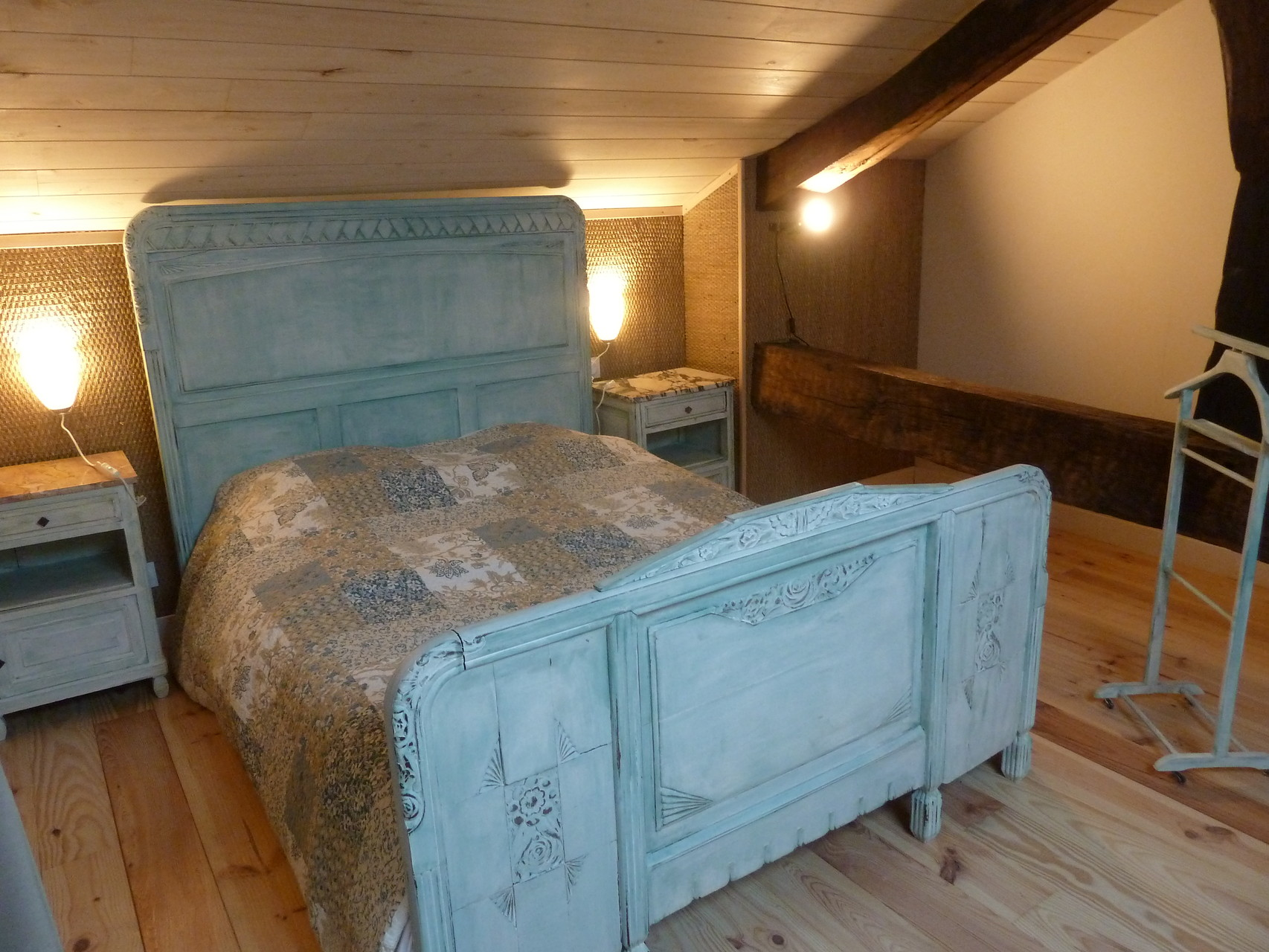 Suite Ustang, lit double en mezzanine / Ustang suite, double bed on the top floor