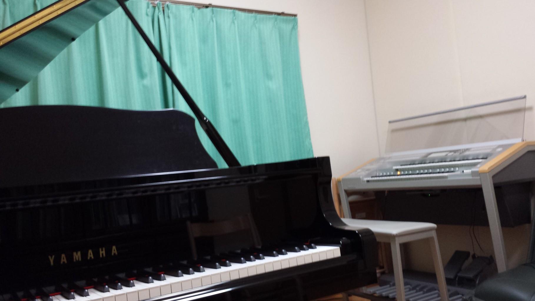 グランドピアノとエレクトーン2台のアンサンブルの練習もできます。