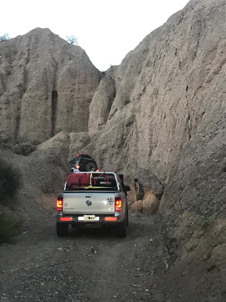 Seguimos avanzando por escalones y trepadas con grandes huecos que amenazan atrapar las camionetas, pero al igual que la tarde, el grupo sigue transitando la quebrada.
