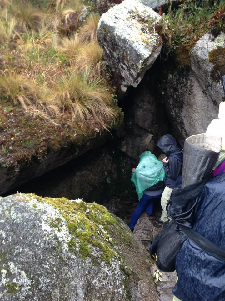el camino sorprende con cuevas y escalones empinados